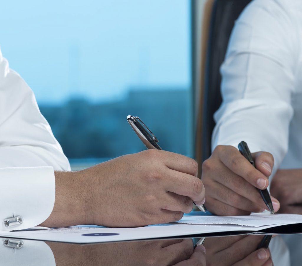 Saudi-businessmen-signing-documents
